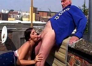 Oom chanteert zijn nichtje met incest