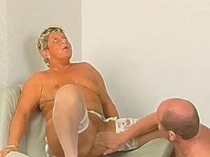 Blonde vette oma laat zich vingeren