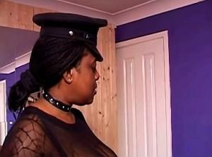 Rondborstige zwarte meesteres pakt slaaf keihard aan