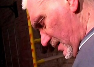 Opa geniet van onervaren incest mondje van zijn kleindochter