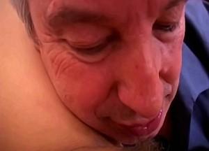 Vader proeft tiener dochter haar kutsapjes
