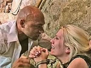 Raper scheurt vast gebonden meid haar kutje uit