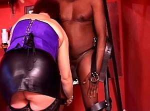 Meesteres straft haar zwarte slaaf in het schandblok