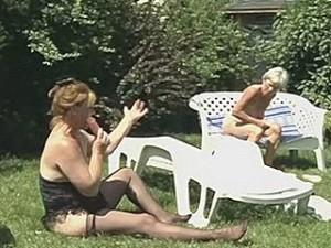 Lesbische bejaarden persen een dildo in hun kut