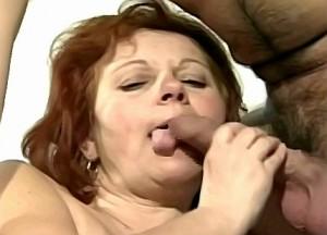 Kleinzoon duwt vibrator in zijn oma haar zwaar behaarde kut