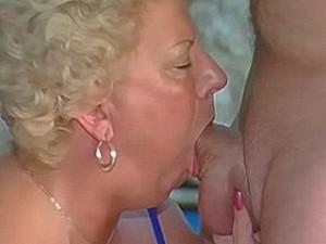 Oma laat zich hard keel neuken