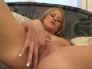 Moeiteloos perst ze 2 vingers in haar vochtige kutje