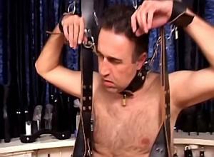 Ongenadig harde domina bind slaaf zijn ballen strak af
