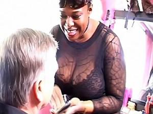 Zwarte wrede meesteres maakt van haar slaaf een travestie hoer