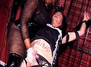 Zwarte gemene domina melkt haar sissy slavin