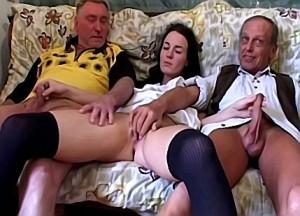 Met zijn dikke leuter word nichtje door haar oom gekeelneukt