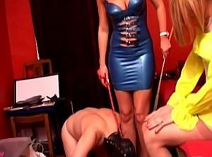 Slaaf aanbid de voeten van zijn perverse vrouw