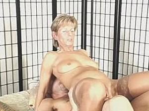 Schoonmaker beukt zijn lul in oma haar kut