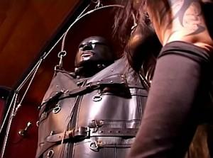 Bizarre meesteres takelt haar slaaf in leren body bag op