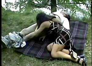 Dochter pijpt vader zijn paal tijdens picknick
