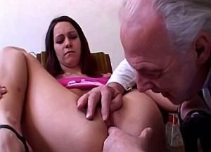 Opa zijn knuppel diep in kleindochter haar spleetje
